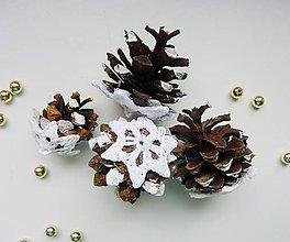 Dekorácie - Vianočné šišky s háčkovanou krajkou - 7349177_