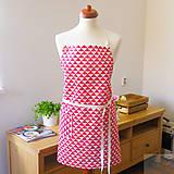 Iné oblečenie - univerzálna bavlnená zástera Lara, červené trojuholníky - 7359390_