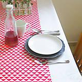 Úžitkový textil - bavlnený stredový obrus 150 x 40 cm, červené trojuholníky - 7359622_