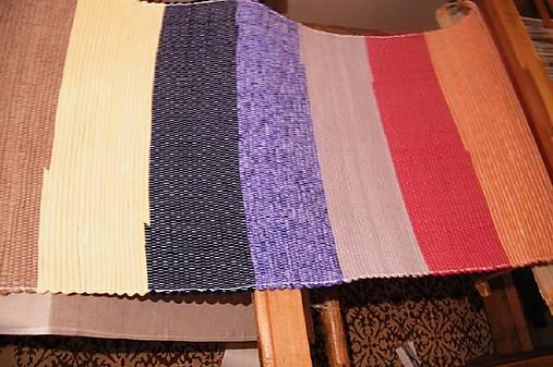 Tkané koberce pestrofarebné so širokými pásmi