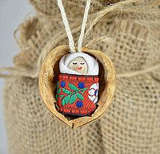 Dekorácie - Vianočné oriešky s bábätkom, červená folk stuha - 7364175_