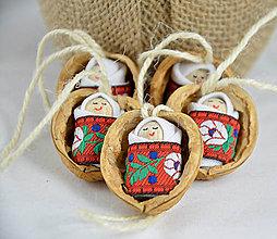 Dekorácie - Vianočné oriešky s bábätkom, červená folk stuha - 7364177_