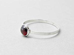 Prstene - Strieborný prsteň s granátom - 7371523_