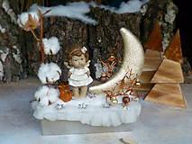 Vianočná dekorácia so zlatým mesiačikom