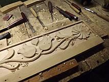 Nábytok - Drevený vešiak vyrezávaný - 7389944_