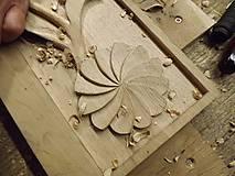 Nábytok - Drevený vešiak vyrezávaný - 7389945_