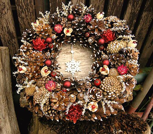 Veľký vianočný veniec zo šišiek, 33 cm