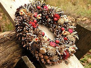 Dekorácie - Veľký vianočný veniec zo šišiek, 33 cm - 7394858_