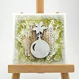 Zasnežená vianočná pohľadnica s washi papierom - zelená s vianočnou guľou a cesmínou