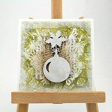 Papiernictvo - Zasnežená vianočná pohľadnica s washi papierom - zelená s vianočnou guľou a cesmínou - 7392489_