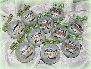 Dekorácie - Zelené vianočné gule s odkazmi, menami :) - 7396847_