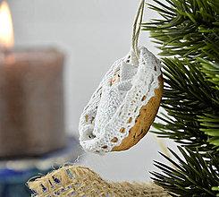 Dekorácie - Vianočný oriešok s bábätkom v bielej postieľke - 7400672_