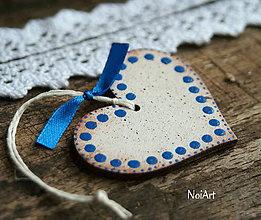 Dekorácie - Vianočná ozdoba SRDIEČKO biele modrobodkované - 7411823_