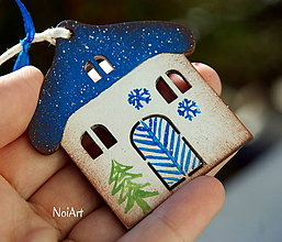 Dekorácie - Vianočná ozdoba Chalúpka zasnežená modrá - 7418241_