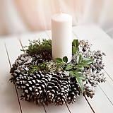 Dekorácie - Vianočný šiškový svietnik - 7422589_