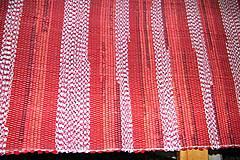 - Tkaný červeno-biely koberec - 7423975_