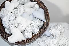 Dekorácie - Bielo strieborné srdiečka - 7430907_