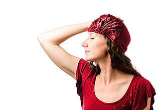 Čiapky - Červený Cloché klobúk, ručne plstený z merino vlny, hodvábny detail - 7431974_