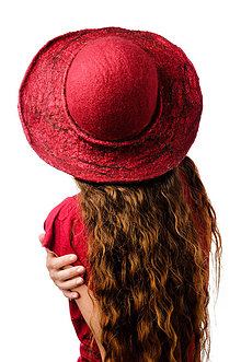 Čiapky - Červený vlnený klobúk, ručne plstený z merino vlny, široká strieška - 7432042_