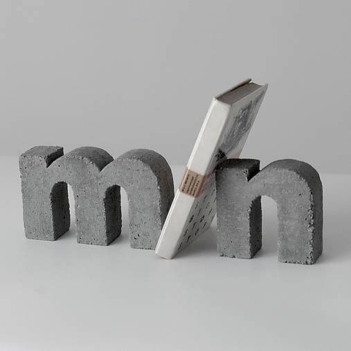 """Držiak kníh z betónu """"m"""""""