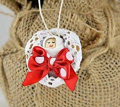 Dekorácie - Vianočný oriešok s bábätkom v bielej postieľke s mašličkou - 7443449_
