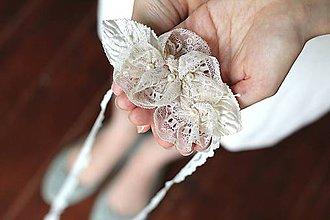 Ozdoby do vlasov - Svadobná čelenka s kvetmi a vintage čipkou - 7447896_
