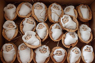 Dekorácie - Vianočná ozdôbka Bábätko v orechovej škrupinke - 7456337_