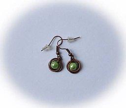 Náušnice - Medené náušničky so zelenou perličkou - 7456210_