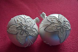 Dekorácie - Bielo-strieborné guličky s vianočnou ružou - 7460761_