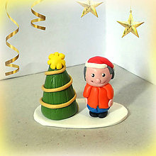 Dekorácie - Zlatý vianočný stromček a (chlapec) - 7460893_