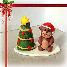 Dekorácie - Zlato červený vianočný stromček macko - 7467104_