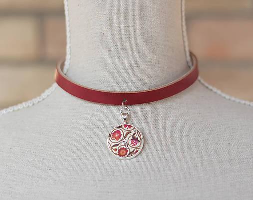 Červený kožený choker - náhrdelník s príveskom