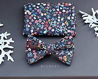 -  Tmavomodrý kvetinový motýlik a vreckovka z exkluzívnej látky Liberty of London (Motýlik s manžetovými gombíkmi) - 7476672_