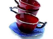šálka červená  s modrým tanierikom