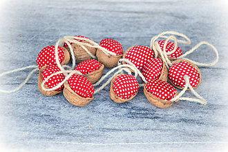 Dekorácie - Recyklované oriešky - červené s bodkami - 7485077_