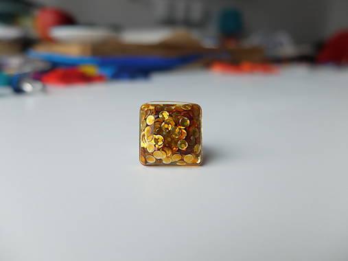 Živicový prsteň štvorec zlatý