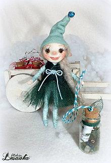 Dekorácie - ♥ Mini bytôstka - Vianočný škriatok Bleduľka s prianím ♥ - 7488469_