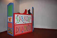 Drevené divadlo. Maľovaný paraván na bábkové divadlo.