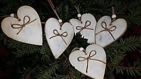 Dekorácie - Vintage vianočné srdiečka drevené - 7498175_