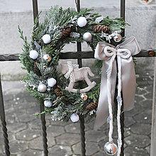 Dekorácie - Venček na dvere vianočný, čečinový s koníkom - 7506898_