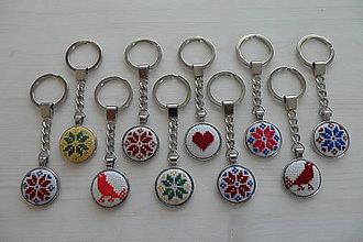 Kľúčenky - Prívesok na kľúče,kabelku vyšívaný folk ornament - 7519477_