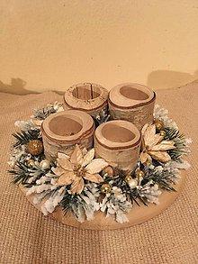 Dekorácie - adventný veniec zlatistý s brezovými svietnikmi na drevenom podnose - 7519892_