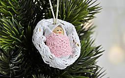 - Vianočný oriešok s bábätkom v bielej postieľke, dievčatko - 7524959_