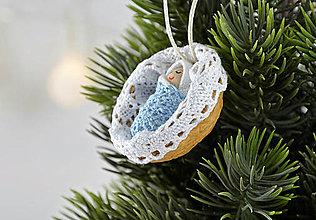 Dekorácie - Vianočný oriešok s bábätkom v bielej postieľke, chlapček - 7524995_