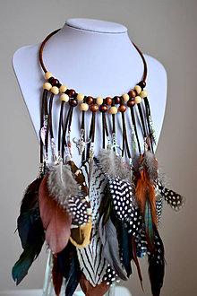 Náhrdelníky - Bohemský náhrdelník s perím a príveskami - 7550243_
