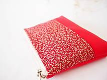Taštičky - Kozmetická taštička malá - lístky na červenej - 7553762_