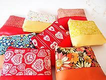 Taštičky - Kozmetická taštička malá - lístky na červenej - 7553763_