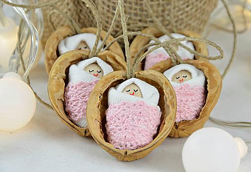 Dekorácie - Vianočné oriešky s bábätkom, ružová čipka - 7554675_