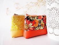 Taštičky - Kozmetická taštička malá - kvety na oranžovej - 7557568_