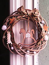 Dekorácie - Vianočný veniec na dvere s hojdacím koníkom - 7557510_